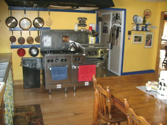 Leadville Hostel: Kitchen and our great big stove