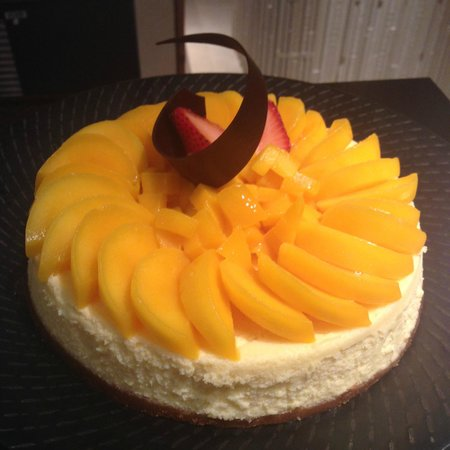 Tides at Shangri-La's Mactan Resort & Spa : Fresh Cebu mangoes are sliced generously thick for this exceptional Mango Cheesecake.