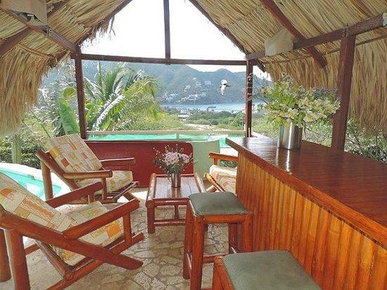 Casa Los Cerros: Kiosco de palma al lado de la piscina, con vista al mar