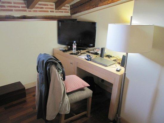 Hotel Izan Puerta de Gredos: Desk & TV