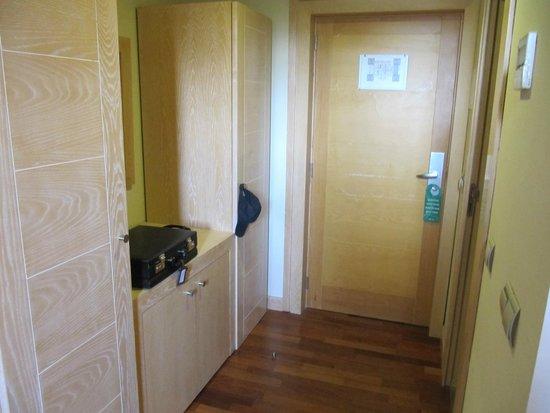 Hotel Izan Puerta de Gredos: Entrance to Room