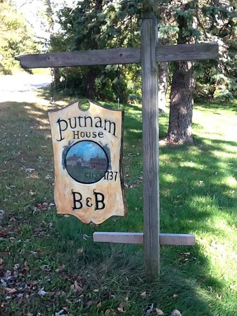 Putnam House B&B: Sign post