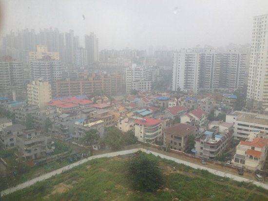Hainan Airlines Mingguang Hotel: Rainy view of  Haikou