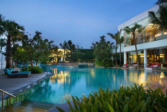 Swimming Pool At Ground Level Picture Of Doubletree By Hilton Hotel Jakarta Diponegoro Jakarta Tripadvisor