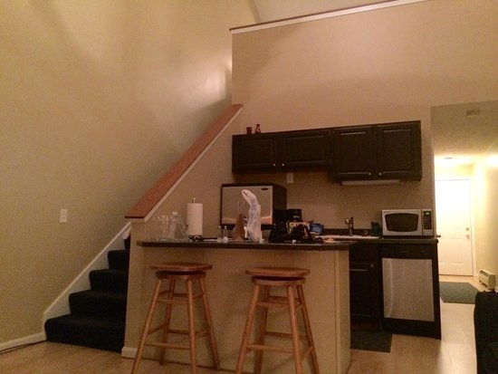 Pointes North Inn: Another kitchen view with stairs