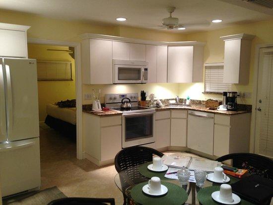 Siesta Key Inn : Fully equipped kitchenette area