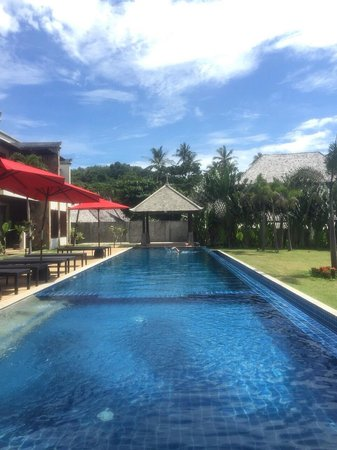 Thai Island Dream Estate: Swimming pool in front of apartment