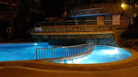 terrazza molto confortevole con piscina a due livelli