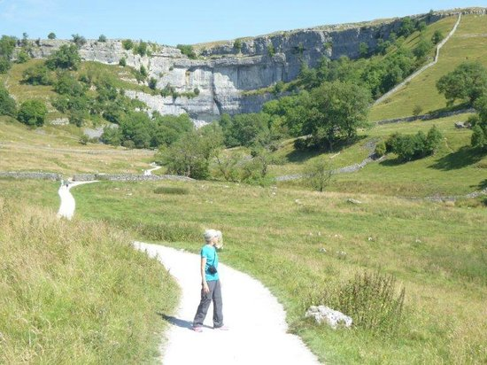 Malham Cove walk from the visitor centre