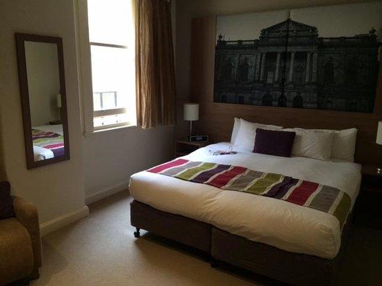 Mercure Grosvenor Hotel : Bedroom bed end view