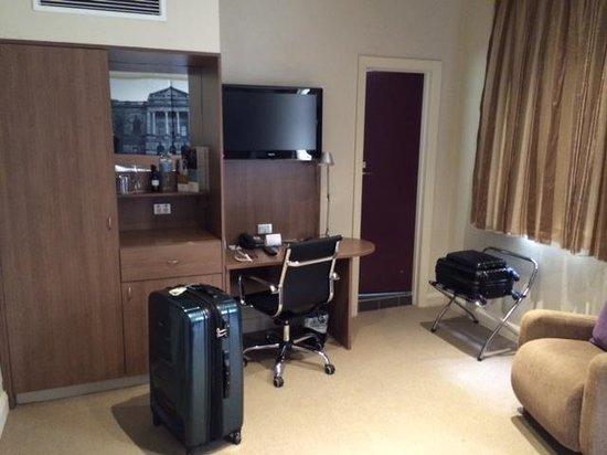 Mercure Grosvenor Hotel : Bedroom TV end view