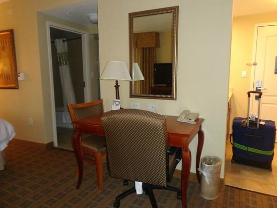 Hampton Inn & Suites Schertz: desk area