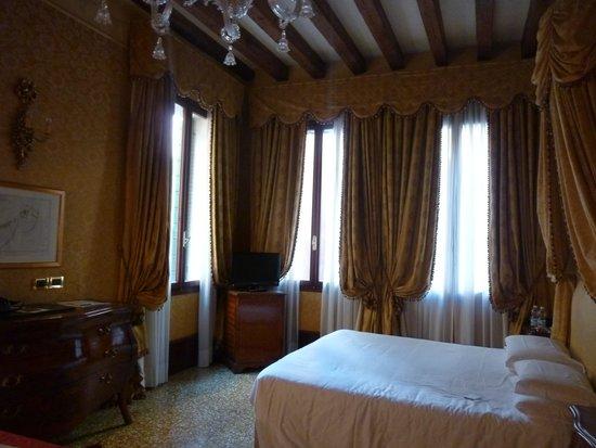 Hotel al Ponte dei Sospiri: Chambre spacieuse