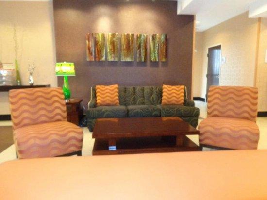 Holiday Inn Express Arlington: lobby...pleasant colors