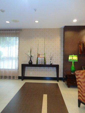 Holiday Inn Express Arlington: lobby area