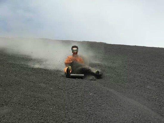 Cerro Negro Volcano: e via ..... si surfa !