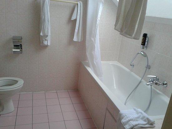 Antigone Hotel: ванная с окном