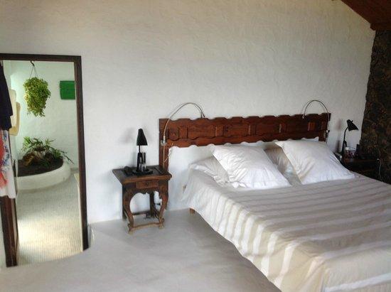 Casa Dominique: Bed and bathroom