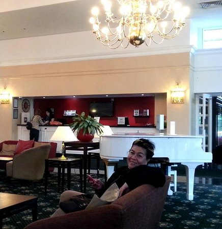 โรงแรมฮิลตัน เบอร์มิงแฮม บรอมส์กรูฟ: The beautifulcozy lobby
