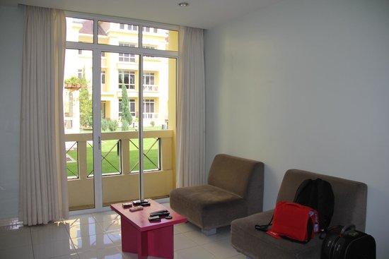 Jinhold Service Apartment: Living room