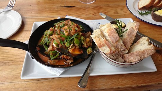 Black Oystercatcher : Mussels with chunky tomato sauce