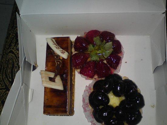 El Zahraa Bakery & Pastry : Корзиночки немного жесткие и сухие а крем и фрукту изумительны
