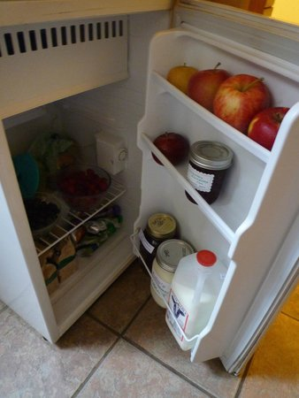 Frogs Way Bed and Breakfast: Fridge stocked with delicious local produce