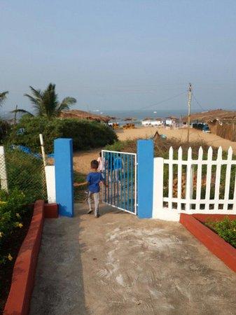 Empire Beach Resort Hotel: Path to beach from resort