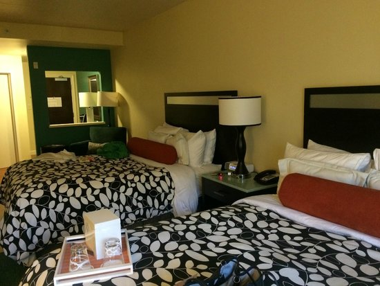 Hotel Indigo Atlanta Airport College Park: Another view of bed area