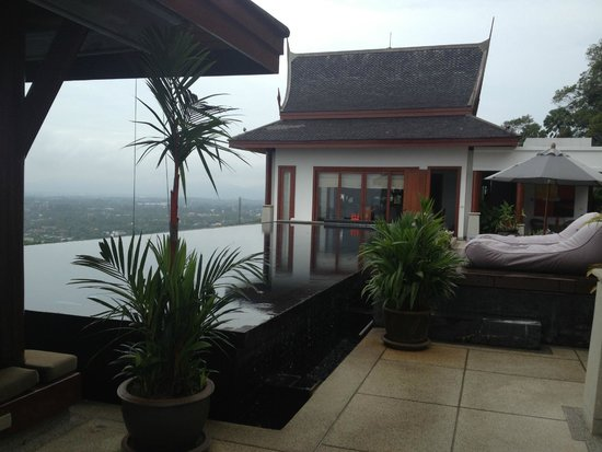 Baan Phu Prana Boutique Villa: Infinity pool area