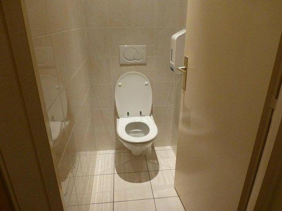 Hotel de Bourgogne: Separates WC