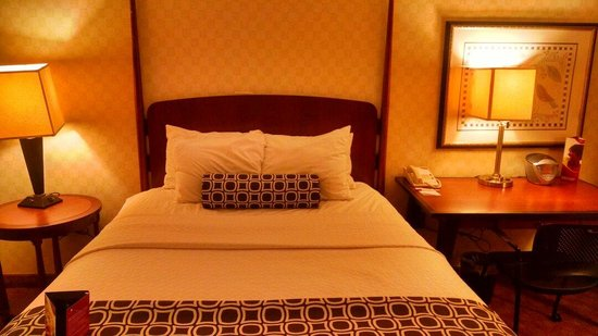 Crowne Plaza Harrisburg-Hershey: Queen Bed