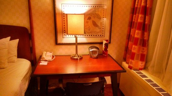 Crowne Plaza Harrisburg-Hershey: Desk in Queen Bed