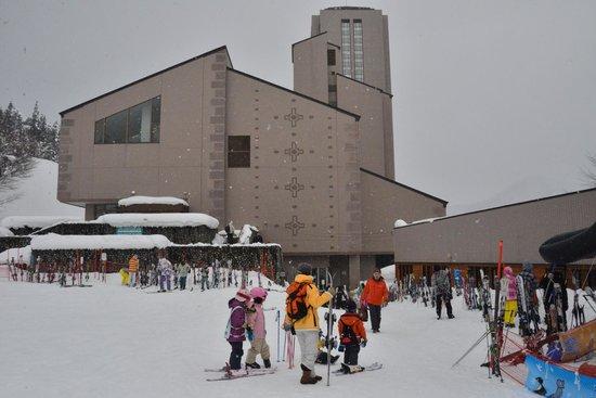 NASPA New Otani: スキー場から見えるホテル