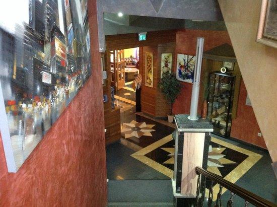 Hotel Strasser: Stairway & Lobby
