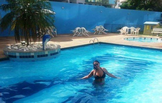 Residencial Porto Principe: Minha cunhada na piscina do Hotel.