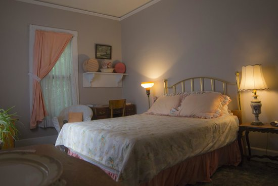 Lehmann House Bed & Breakfast: The Maids' Room, a sunny room with queen bed, private bath