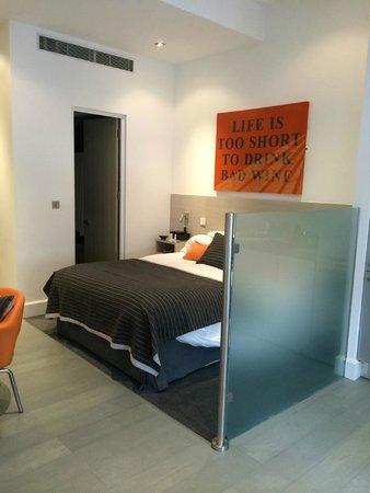 Templeton Place Aparthotel: Superior studio sleeping area & bathroom