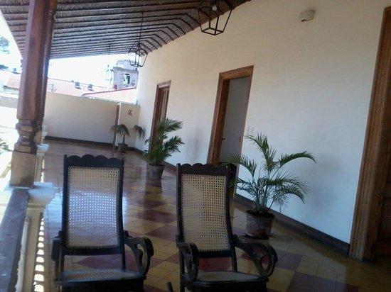 La Perla Hotel: Pasillo y Balcón interno que conduce a las habitaciones de la 2da planta