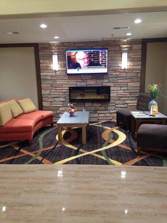 Comfort Inn & Suites : Cozy lobby