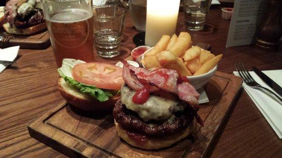 The Canonbury Bar & Restaurant: 12oz burger: de-li-cious!
