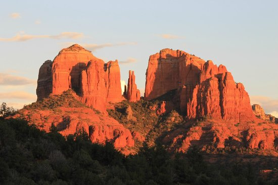 Sedona Cathedral Hideaway: The sunset view from our balcony.