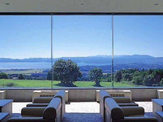 Grand Sunpia Inawashiro Resort Hotel : メインロビーから猪苗代湖の眺望が楽しめる