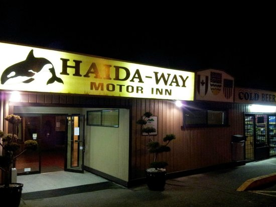Haida Way Motor Inn: Parking lot into the Lobby area.