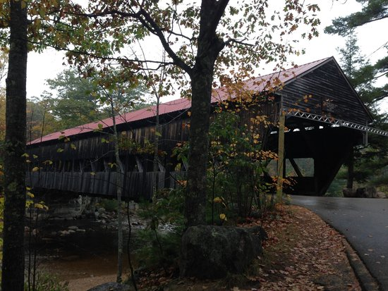 Hampton Inn & Suites North Conway : Beautiful Bridge nearby during the changing of the leaves