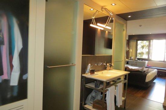 Royal Ramblas Hotel : Separate toilet, sink, and shower...