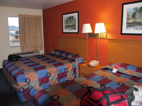 Econo Lodge Inn & Suites : A comfortable room