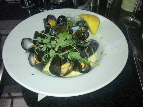 Silks Bistro & Champagne Bar: Delicious mussels - starter portion is big enough