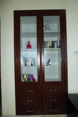 Dubai Marriott Harbour Hotel & Suites : Book case in living area
