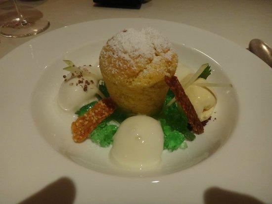 MAYER's Restaurant auf Schloss Prielau: Soufflé de chocolate blanco con manzana Granny Smith y helado de cilantro